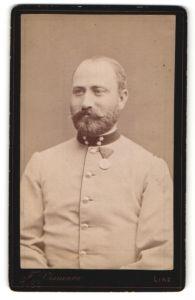 Fotografie J. Vismara, Linz, Brustportrait Soldat mit Orden