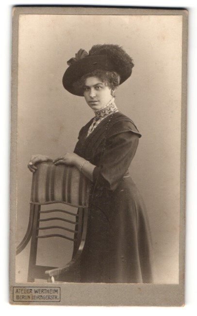 Fotografie Atelier Wertheim, Berlin, Portrait junge Dame mit modischem Hut