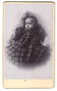 Fotografie Säugling in modischem Kleidchen