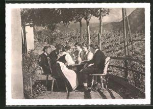 AK Bolzano, Weinbauern sitzen nach getaner Arbeit zusammen