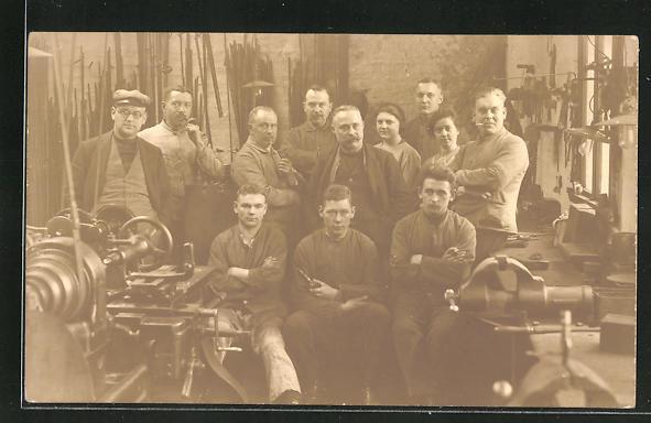 Foto-AK Fabrikarbeiter in einer Werkshalle