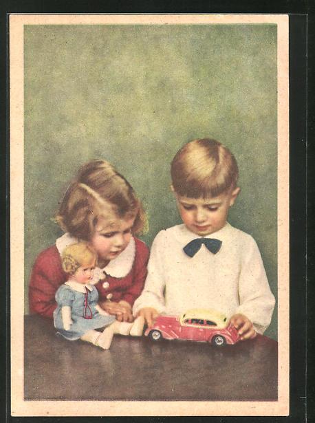 AK Knabe mit Spielzeug Blechauto und Mädchen mit Puppe