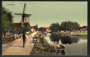 AK Oostzaan, Strassenpartie mit Blick zur Windmühle