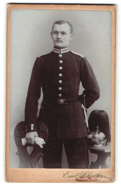 Fotografie Emil Schröter, Potsdam & Jüterbog, Portrait Soldat eines Garde-Regiments mit Pickelhaube