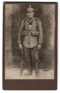 Fotografie Soldat in Feldgrau mit Pickelhaube-Überzug, Karabiner und Marschgepäck, Kriegsausmarsch