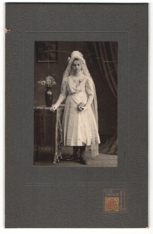 Fotografie Aug. Breuer, Oberhausen, Portrait Mädchen in festlicher Garderibe mit Schleier