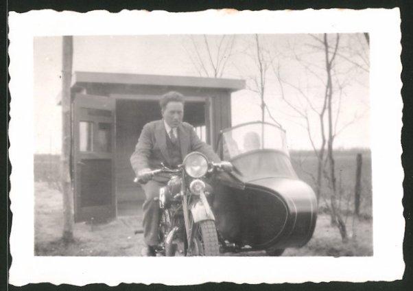 Fotografie Motorrad mit Seitenwagen, Krad-Gespann vor einem Schuppen
