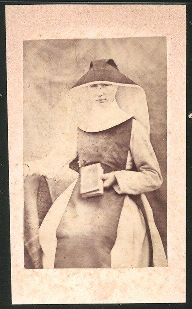 Fotografie Ordensschwester mit Bibel