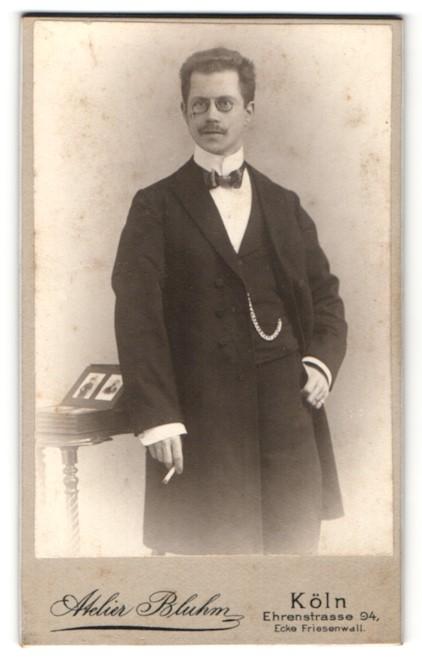 Fotografie Atelier Bluhm, Köln, Portrait junger Herr in Abendgarderobe mit Zigarette