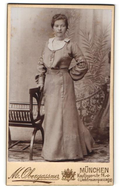 Fotografie M. Obergassner, München, Portrait junge Frau in zeitgenöss. Kleidung