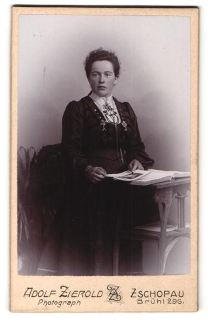 Fotografie Adolf Zierold, Zschopau, Portrait junge Frau in zeitgenöss. Garderobe