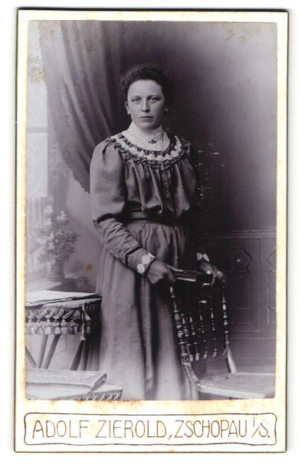 Fotografie Adolf Zierold, Zschopau i/S, Portrait Frau in zeitgenöss. Garderobe