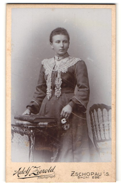 Fotografie Adolf Zierold, Zschopau i/S, Portrait junge Frau in zeitgenöss. Garderobe