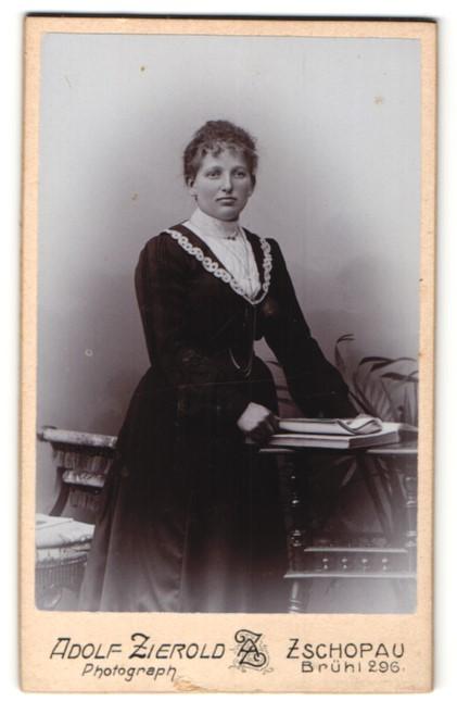 Fotografie Adolf Zierold, Zschopau, Portrait Dame in zeitgenöss. Garderobe