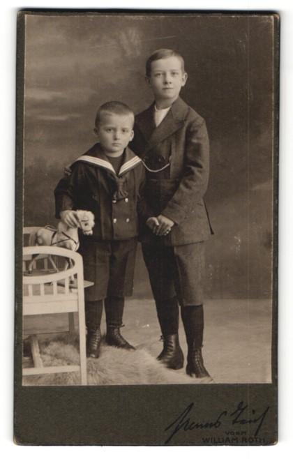 Fotografie Hans Teich, Berlin, zwei bezaubernd süsse Jungen mit Spielzeug