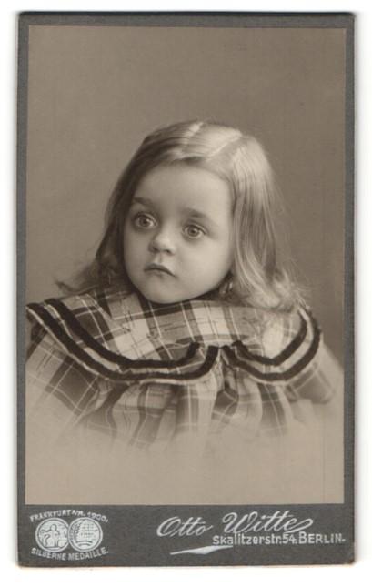 Fotografie Otto Witte, Berlin, Portrait zuckersüsses blondes Mädchen im karierten Kleid
