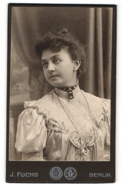 Fotografie J. Fuchs, Berlin, Portrait brünette Schönheit mit Halsschmuck in elegant bestickter Bluse