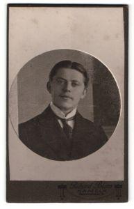 Fotografie Richard Blum, Hameln, Portrait junger Herr mit Mittelscheitel