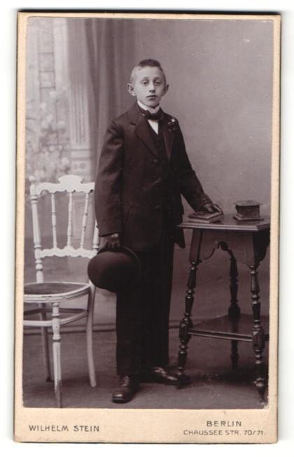 Fotografie Wilhelm Stein, Berlin, Portrait Knabe in festlicher Garderobe