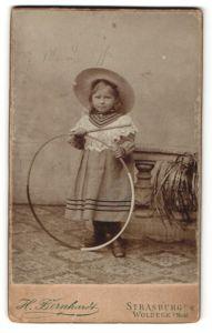 Fotografie H. Bernhardt, Strasburg U/M, Portrait Woldegk i/Meckl., Portrait kleines Mädchen mit Holzreifen