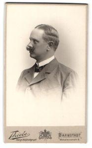 Fotografie Thiele, Darmstadt, Profilportrait Herr mit zeitgenöss. Frisur und Schnauzbart