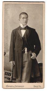 Fotografie Hoepfner & Pieperhoff, Halle a/S, Portrait junger Mann in festlicher Garderobe