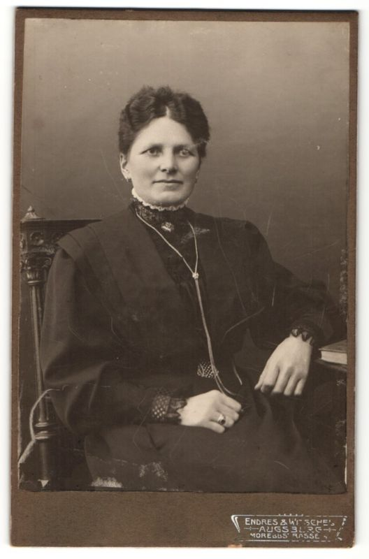 Fotografie Endres & Witschel, Augsburg, Portrait Dame in zeitgenöss. Garderobe
