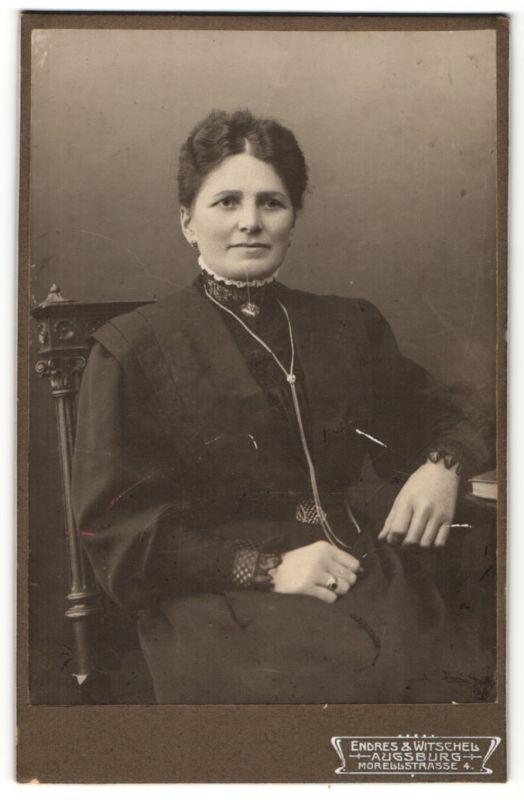 Fotografie Endres & Witschel, Augsburg, Portrait Dame mit zusammengebundenem Haar