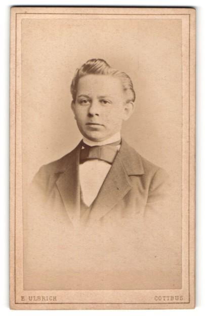 Fotografie E. Ulbrich, Cottbus, Portrait junger Mann mit zurückgekämmtem Haar