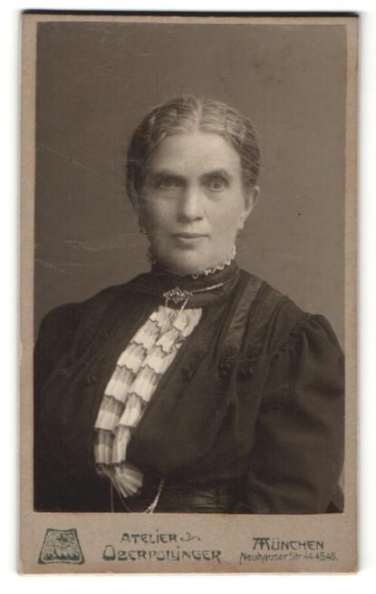 Fotografie Atelier Oberpollinger, München, Portrait Frau mit zusammengebundenem Haar