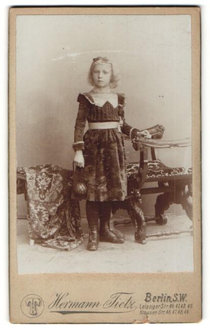 Fotografie Hermann Tietz, Berlin-SW, Portrait Mädchen in Kleid