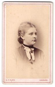 Fotografie H. F. Plate, Hamburg, Portrait Fräulein mit zeitgenöss. Frisur