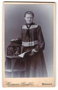 Fotografie Hermann Herzfeld, Dresden, Portrait Mädchen in zeitgenöss. Kleidung