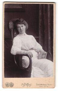 Fotografie M. Steffens, Berlin-Charlottenburg, Portrait junge Dame in weissem Kleid