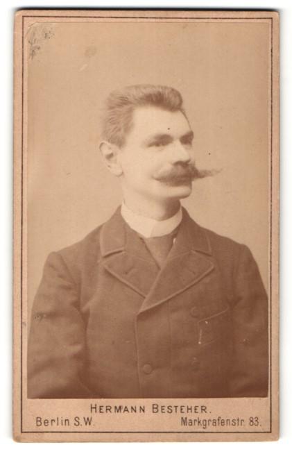 Fotografie Hermann Besteher, Berlin-SW, Portrait Herr mit imposantem Schnauzbart