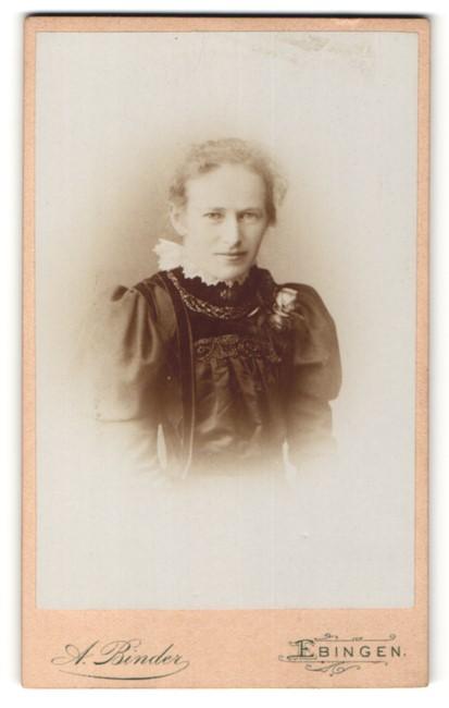 Fotografie A. Binder, Ebingen, Portrait Frau mit zusammengebundenem Haar