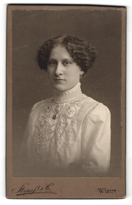 Fotografie Strauss & Co., Wien, Portrait junge Dame mit Hochsteckfrisur