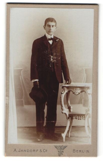 Fotografie A. Jandorf & Co., Berlin, Portrait halbwüchsiger Knabe in feierlicher Garderobe