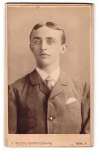 Fotografie O. Roloff, Berlin, Portrait junger Herr mit Mittelscheitel