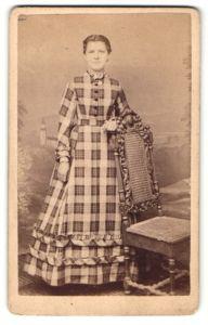 Fotografie Max Lederle, Dürkheim, Portrait junge Dame in kariertem Kleid