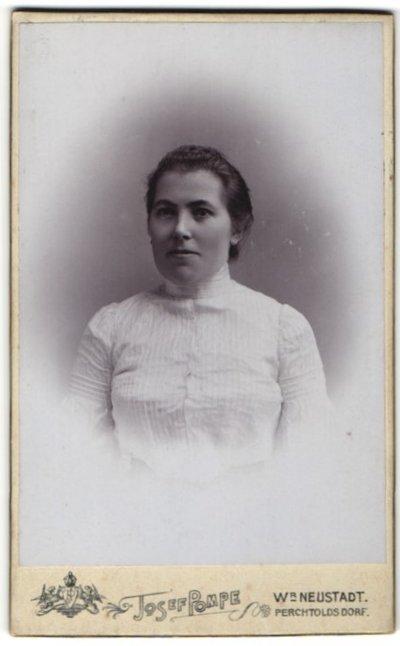 Fotografie Josef Pompe, Wiener Neustadt, Portrait Frau mit zusammengebundenem Haar