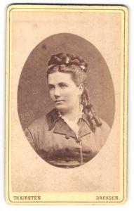 Fotografie Th. Kirsten, Dresden, Portrait junge Frau mit geflochtenem Haar