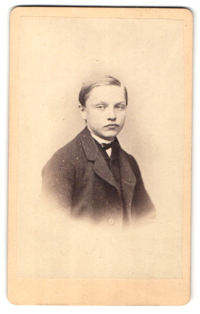 Fotografie Theodor Pinkert, Berlin, Portrait Knabe in Anzug
