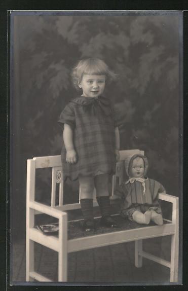 Foto-AK Kleinkind mit Puppe auf einer Bank
