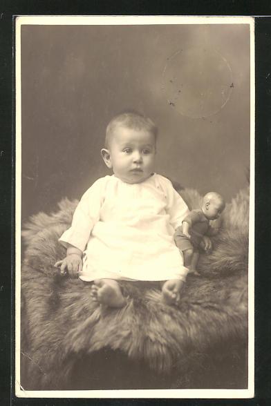 AK Kleinkind mit Puppe auf einem Fell