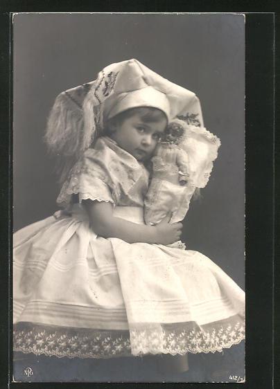 AK Mädchen in Tracht mit Puppe