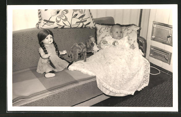 Foto-AK Kleinkind mit Puppe und Stofftier auf dem Sofa