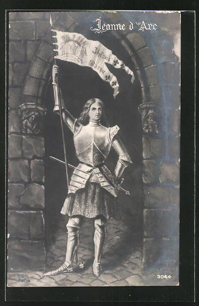 AK Jeanne d'Arc / Johanna von Orleans mit Flagge unter einem Torbogen stehend