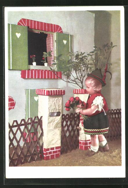 AK Käthe Kruse-Puppe in bayr. Tracht mit Blumenstrauss steht am Fenster