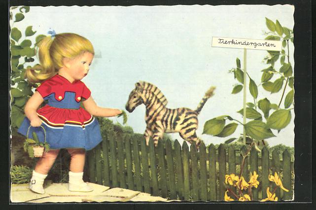 AK Käthe Kruse-Puppe mit blondem Zopf und Kleid füttert ein Zebra